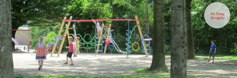Kleurrijk schoolplein bij basisschool De Timp in Hengelo