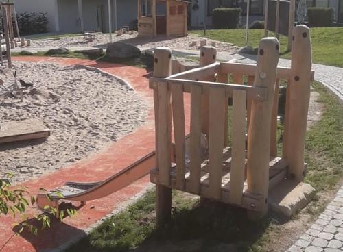 Heuvelglijbaan met platform, robinia met rvs glijbaan