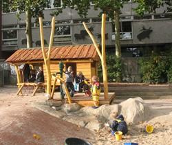 robinia speelhuis met veranda en waterpomp